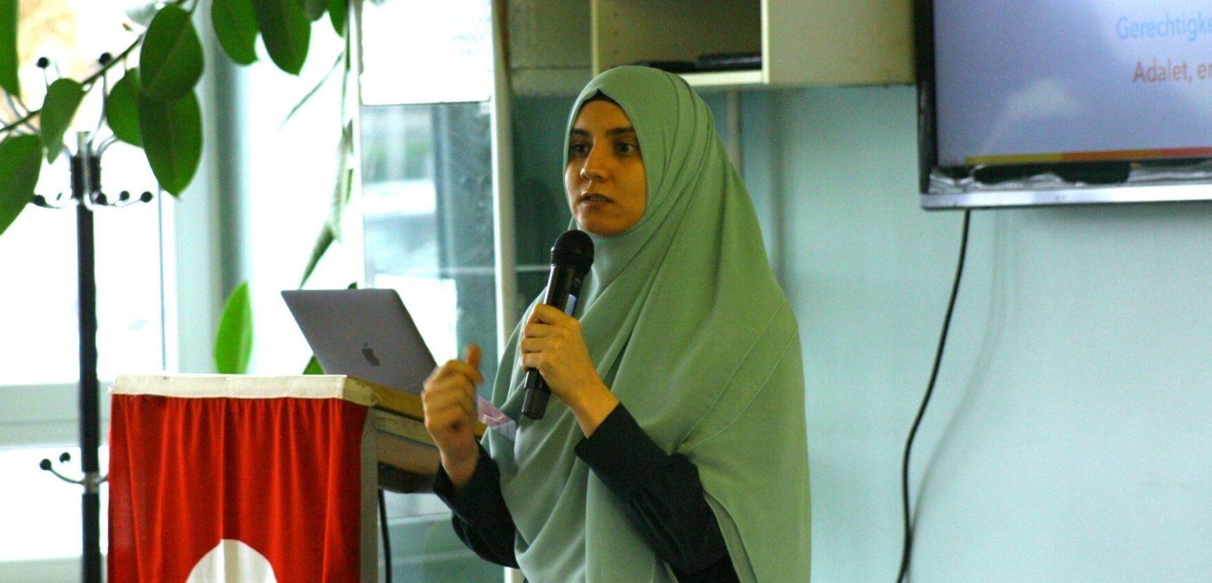 Funda Fidan hält einen Vortrag in türkisch und deutsch über das Thema Inklusion.
