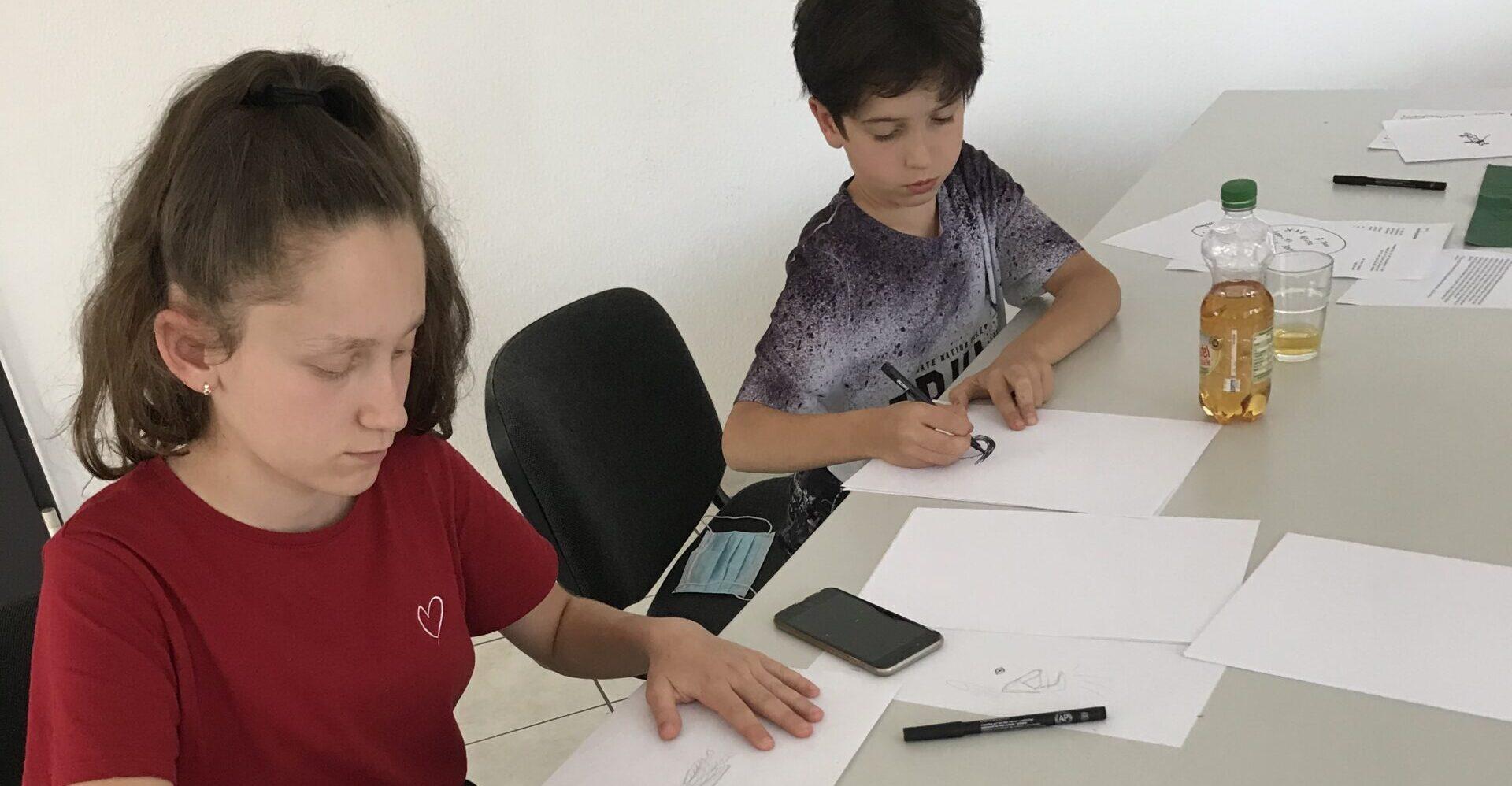 Zwei Kinder zeichnen Illustrationen für unser Buch.