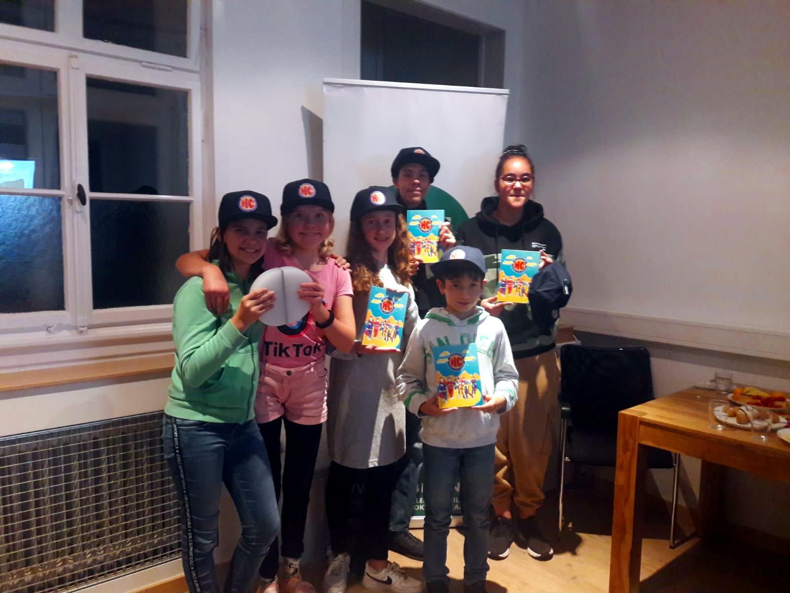 Jugendliche präsentieren stolz ihr Heldicapsbuch und den Einheitspreis.