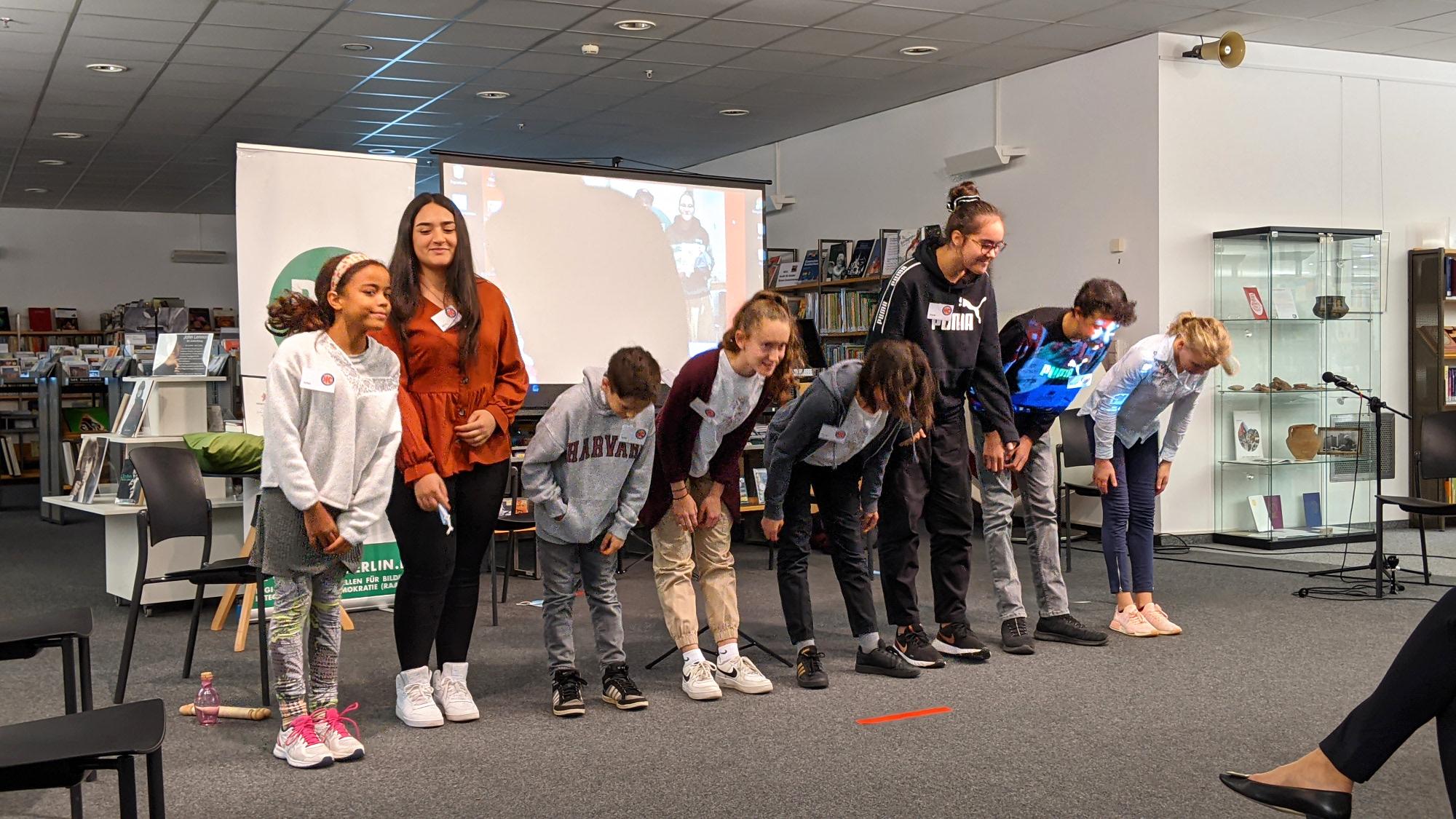 Die Jugendlichen verbeugen sich nach der Lesung auf der Bühne.