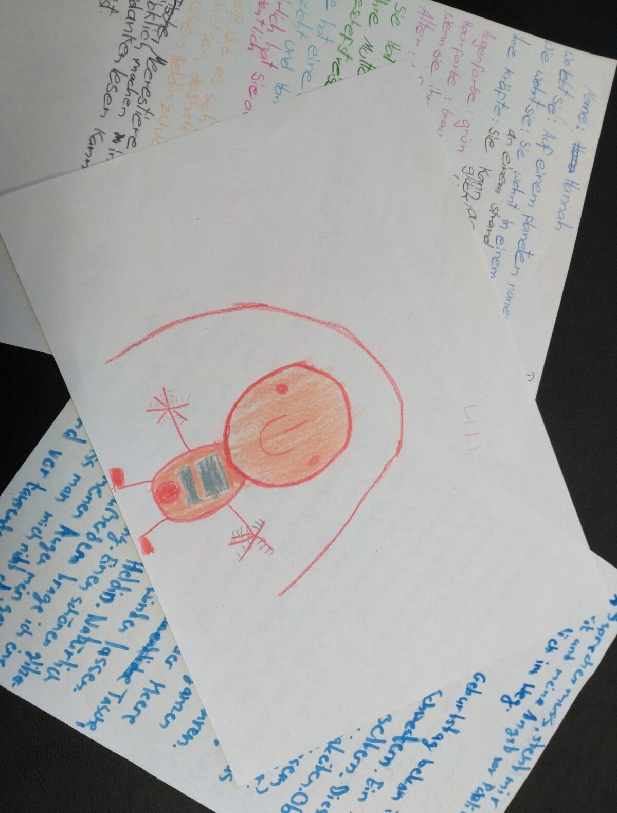 3 Papierblätter mit einer Zeichnung und handgeschriebenen Geschichten.