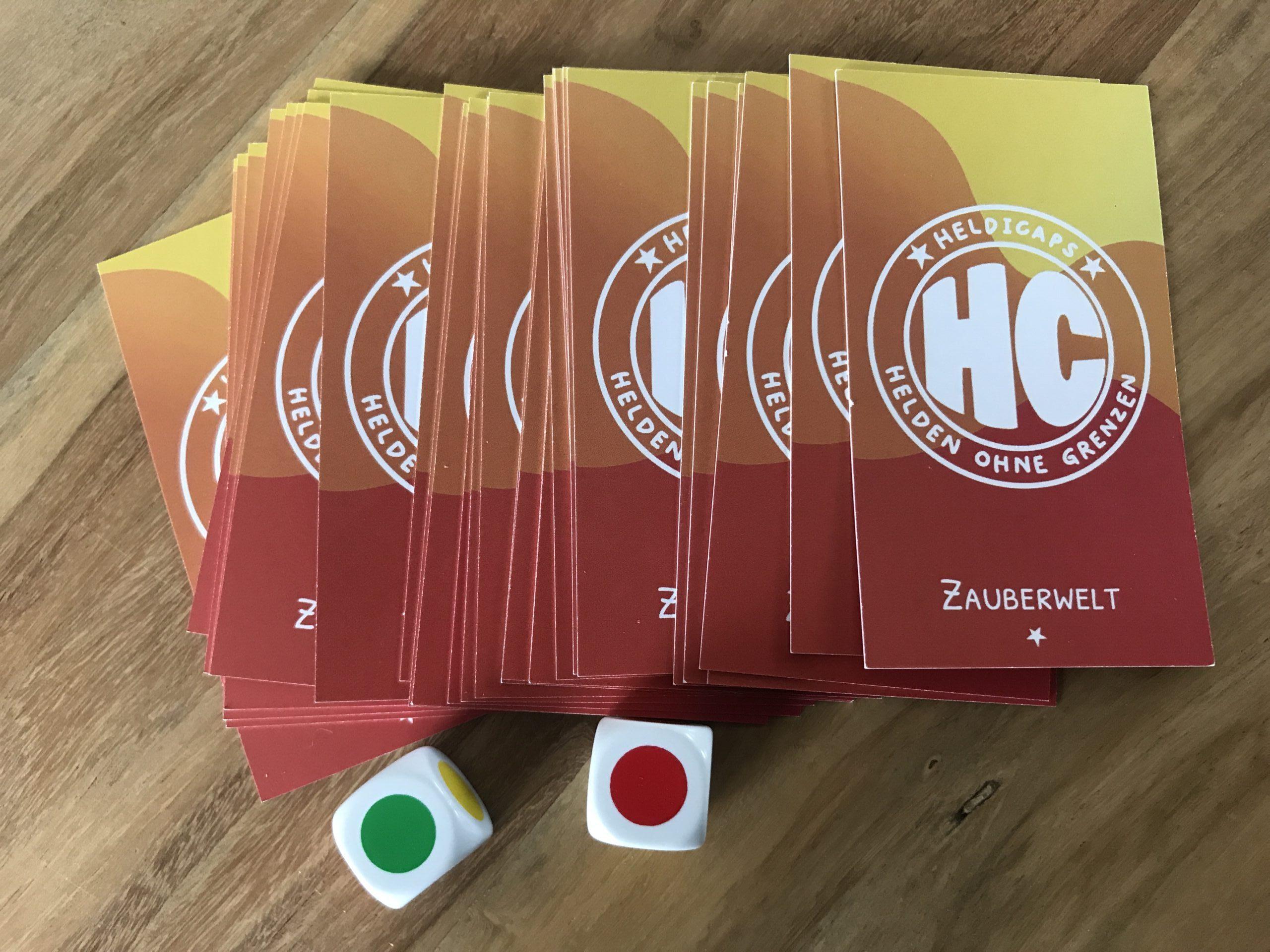Karten des Geschichtenwürfelspiels für die Zutaten der Zauberwelt und 2 Farbwürfel.