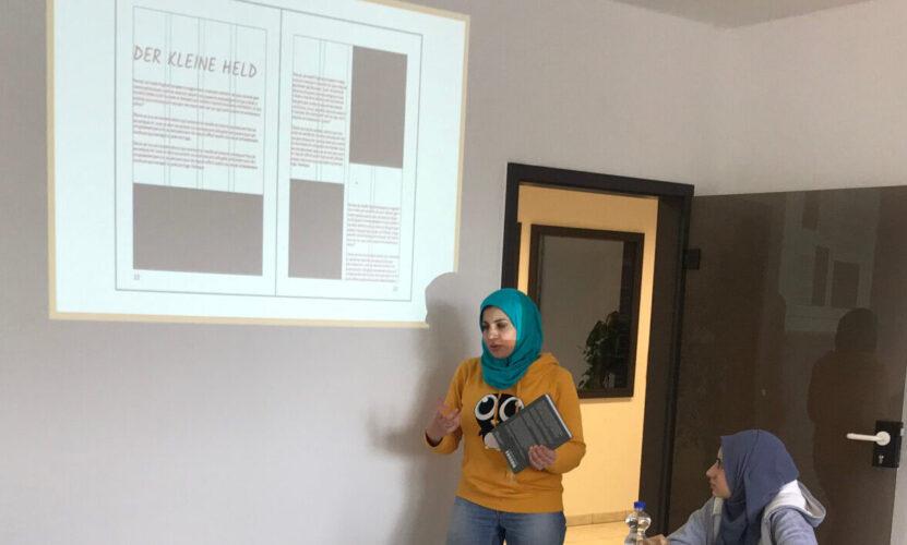 Nadia Wernli steht vor ihrer Präsentation.